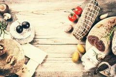 Прекрасный выбор сухого мяса, сосисок и французского сыра Стоковое Фото