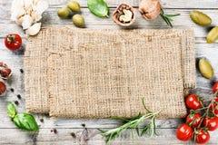 Рамка с органическими овощами и травами Здоровая еда и кашевар Стоковое фото RF