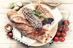 Прекрасный выбор сухого мяса с свежим багетом Стоковая Фотография RF