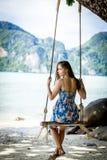 摇摆在一个热带海岛上的女孩 库存图片