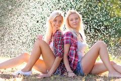 Πορτρέτο δύο όμορφων προκλητικών κοριτσιών Στοκ φωτογραφίες με δικαίωμα ελεύθερης χρήσης