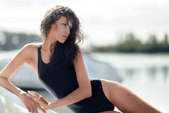 Πορτρέτο μιας όμορφης προκλητικής γυναίκας στην παραλία Στοκ Φωτογραφία