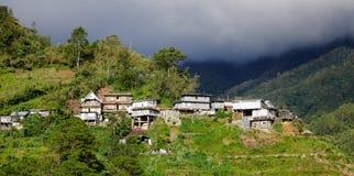 小山的许多房子在日落 库存图片