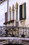 与阳台的典型的新生窗口在威尼斯 图库摄影
