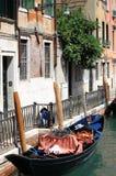 都市风景有长平底船的威尼斯 免版税库存图片