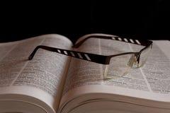 Γυαλιά στο ρωσικό κυριλλικό λεξικό Στοκ Εικόνα