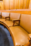 Έδρες στην αίθουσα διασκέψεων ή των συμβουλίων Ξύλο και δέρμα Στοκ φωτογραφία με δικαίωμα ελεύθερης χρήσης