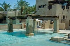 在豪华阿拉伯沙漠手段的惊人的游泳池 免版税图库摄影