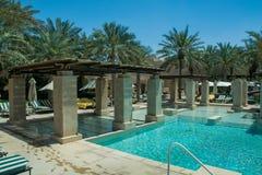 豪华阿拉伯沙漠手段的惊人的游泳池休息室 库存图片
