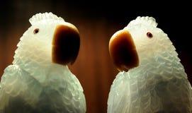 与玉的鹦鹉雕象 库存图片