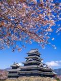 在春季的马塔莫罗斯城堡,长野,日本 图库摄影