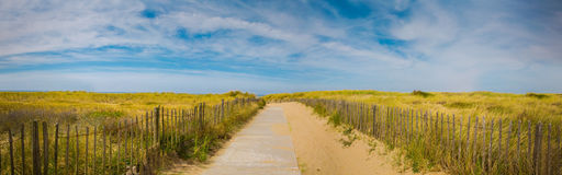 Πανοραμικό υπόβαθρο παραλιών θάλασσας καλοκαιρινών διακοπών Πορεία στην παραλία με τον όμορφο ουρανό Στοκ εικόνες με δικαίωμα ελεύθερης χρήσης