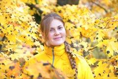 Όμορφη γυναίκα με στο πάρκο φθινοπώρου Στοκ φωτογραφία με δικαίωμα ελεύθερης χρήσης