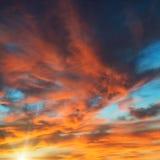 Ζωηρόχρωμος πορτοκαλής και μπλε δραματικός ουρανός Στοκ εικόνες με δικαίωμα ελεύθερης χρήσης