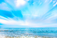 Τροπική παραλία και μπλε θάλασσα με τα κύματα Στοκ Εικόνα