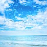 Μπλε σαφείς θάλασσα και ουρανός Στοκ εικόνα με δικαίωμα ελεύθερης χρήσης