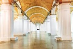 Μεγάλος μαρμάρινος διάδρομος με τις άσπρες στήλες Στοκ Εικόνα