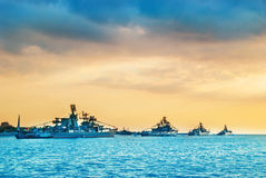 Στρατιωτικά πολεμικά πλοία σε έναν κόλπο θάλασσας Στοκ Εικόνες