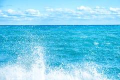 Μεγάλο κύμα στην μπλε θάλασσα Στοκ φωτογραφίες με δικαίωμα ελεύθερης χρήσης