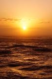 在海洋的日落有波浪的 免版税库存照片