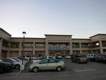较少商店和停车场的罗斯礼服 免版税库存照片