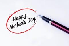 在与笔的一个红色圈子写的词愉快的母亲节 免版税库存照片