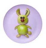 滑稽的野兔由绿色苹果制成 免版税库存照片