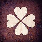 在生锈的背景的木心脏 免版税库存照片