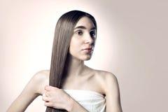 有一根长的头发的美丽的妇女,秀丽清楚的皮肤 免版税库存图片
