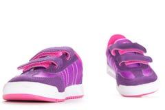 对在白色背景的桃红色体育鞋子 库存图片