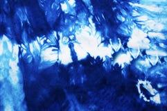 蓝色领带被洗染的织品 免版税库存照片