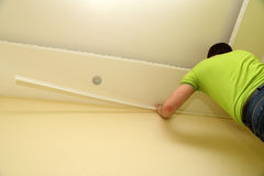 Человек украшает интерьер комнаты с прессформой для стены Стоковые Изображения RF