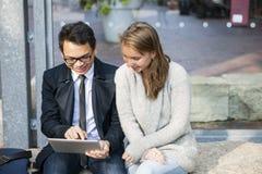 Δύο νέοι με την ψηφιακή ταμπλέτα Στοκ φωτογραφία με δικαίωμα ελεύθερης χρήσης