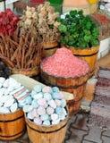 在一个袋子的木槿茶在义卖市场 被定调子的照片 库存照片