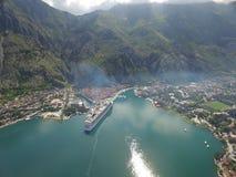 Вид с воздуха большого туристического судна около пристани Стоковое Фото