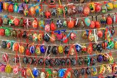 Ζωηρόχρωμα αυγά Πάσχας στις σειρές για το υπόβαθρο Στοκ Φωτογραφία