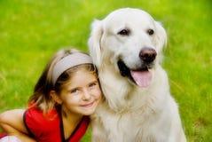 狗女孩微笑 免版税库存图片