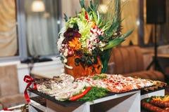 在种族样式装饰的开胃菜桌 免版税库存图片