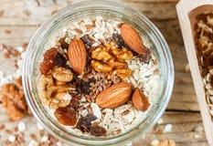自创格兰诺拉麦片用杏仁、核桃、葡萄干和亚麻籽 免版税库存照片