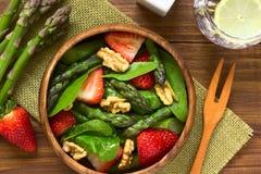 Σαλάτα φραουλών, σπαραγγιού, σπανακιού και ξύλων καρυδιάς Στοκ φωτογραφίες με δικαίωμα ελεύθερης χρήσης