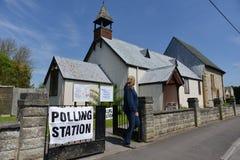 Избиратель Великобритании идет к спискам избирателей на супер четверге Стоковое Фото