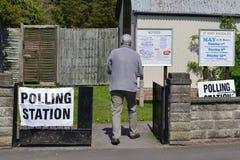 Избиратель Великобритании идет к спискам избирателей на супер четверге Стоковые Фото
