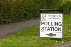 投票站标志,贝辛斯托克,汉普郡 库存图片