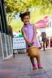 微笑的女孩在农夫市场上 图库摄影