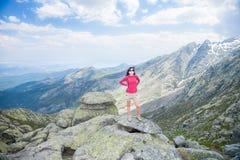 Τοποθέτηση γυναικών πάνω από το βουνό Στοκ Εικόνα