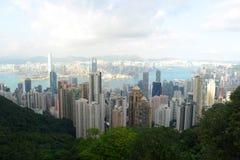 Горизонт Гонконга и гавань Виктории на сумраке Стоковые Фотографии RF