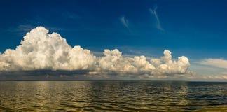在海上的重的黑暗的云彩在雨前 免版税库存照片
