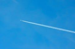След самолета через голубое небо Стоковая Фотография RF