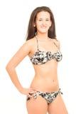比基尼泳装姿势的少妇 免版税图库摄影