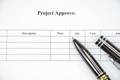 商业文件项目批准签字的等待在白色背景 免版税库存照片
